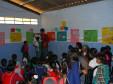 Kinder stellen den Eltern ihre Plakate vor